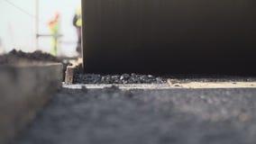 Κατασκευή του δρόμου ασφάλτου Τοποθέτηση του κυλίνδρου οδοστρωμάτων απόθεμα βίντεο