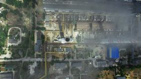 Κατασκευή του εργοστασίου με τις καπνοδόχους Εναέρια άποψη των εγκαταστάσεων παραγωγής ενέργειας απόθεμα βίντεο