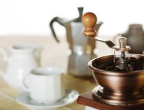 Κατασκευή του καφέ Μύλος καφέ, φλυτζάνι καφέ, moka καφέ στοκ εικόνες