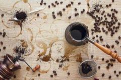 Κατασκευή του καφέ: μύλος καφέ, κατασκευαστής καφέ, φασόλια καφέ και GR Στοκ Εικόνες