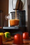 Κατασκευή του καφέ πρωινού με τη μηχανή καφέ Στοκ εικόνα με δικαίωμα ελεύθερης χρήσης