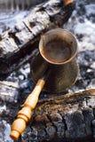 Κατασκευή του καφέ στην εστία στη στρατοπέδευση ή την πεζοπορία στο natu στοκ εικόνα