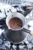 Κατασκευή του καφέ στην εστία στη στρατοπέδευση ή την πεζοπορία στο natu στοκ εικόνα με δικαίωμα ελεύθερης χρήσης