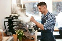 Κατασκευή του καφέ Barista χρησιμοποιώντας τη μηχανή καφέ στον καφέ Στοκ εικόνα με δικαίωμα ελεύθερης χρήσης