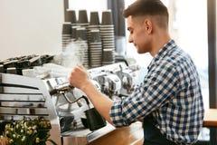 Κατασκευή του καφέ Barista χρησιμοποιώντας τη μηχανή καφέ στον καφέ Στοκ φωτογραφία με δικαίωμα ελεύθερης χρήσης