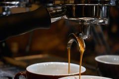 Κατασκευή του καφέ espresso Στοκ εικόνες με δικαίωμα ελεύθερης χρήσης