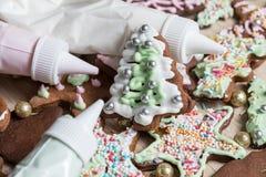 Κατασκευή του μπισκότου μελοψωμάτων Χριστουγέννων διακοσμώντας, κόβοντας Χριστούγεννα στοκ φωτογραφίες