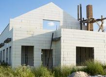 Κατασκευή του νέου άσπρου σπιτιού τούβλου Στοκ εικόνα με δικαίωμα ελεύθερης χρήσης