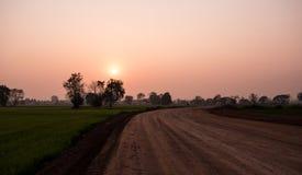 Κατασκευή του νέου υποβάθρου δρόμων και φωτός του ήλιου και όμορφος ουρανός χρώματος στις διακοπές βραδιού στην επαρχία της Ταϊλά Στοκ εικόνες με δικαίωμα ελεύθερης χρήσης