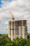 Κατασκευή του σπιτιού Γερανός πύργων πολυόροφων κτιρίων με ένα multi-storey κτήριο Στοκ φωτογραφία με δικαίωμα ελεύθερης χρήσης