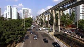 """Κατασκευή του συστήματος μονοτρόχιων σιδηροδρόμων, χρυσός γραμμών """"17 """"μονοτρόχιων σιδηροδρόμων, λεωφόρος του Roberto Marinho δημ απόθεμα βίντεο"""