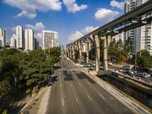 Κατασκευή του συστήματος μονοτρόχιων σιδηροδρόμων, avenida Jornalista Roberto Marinho, São Paulo στοκ εικόνες