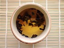 Κατασκευή του τσαγιού teapot γυαλιού στο υφαμένο υπόβαθρο μπαμπού Στοκ Εικόνες