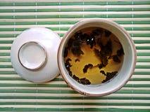 Κατασκευή του τσαγιού teapot γυαλιού στο υφαμένο υπόβαθρο μπαμπού Στοκ Εικόνα
