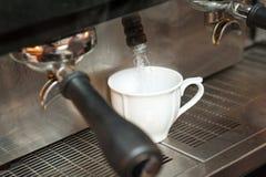 Κατασκευή του φρέσκου καφέ Στοκ εικόνα με δικαίωμα ελεύθερης χρήσης