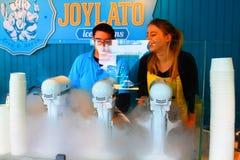 Κατασκευή του φρέσκου παγωτού σε Joylato café, Ρέικιαβικ, τον Ιούλιο του 2017, Ισλανδία στοκ φωτογραφίες