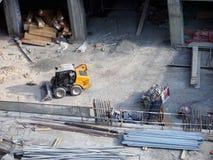 κατασκευή τούβλων που βάζει υπαίθρια την περιοχή Εξοπλισμός και υλικά για την κατασκευή Στοκ Εικόνες