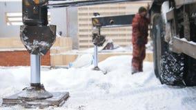 κατασκευή τούβλων που βάζει υπαίθρια την περιοχή Ο βιομηχανικός ανελκυστήρας ανυψώνει επάνω το φορτηγό απόθεμα βίντεο