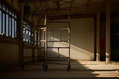 κατασκευή τούβλων που βάζει υπαίθρια την περιοχή Υλικά σκαλωσιάς στην πτήση των σκαλοπατιών, σίδηρος Στοκ Φωτογραφίες