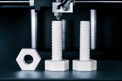 Κατασκευή των βιδών και των καρυδιών με έναν τρισδιάστατο εκτυπωτή στοκ εικόνα με δικαίωμα ελεύθερης χρήσης