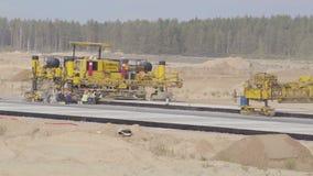 Κατασκευή, των δρόμων διαδρόμων αερολιμένων Άτομα, εργαζόμενοι που εργάζονται με paver ασφάλτου, στήριξη Roadroller φιλμ μικρού μήκους