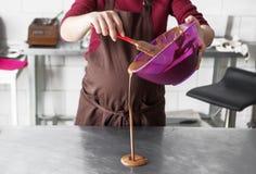 Κατασκευή των καραμελών σοκολάτας Στοκ Φωτογραφία