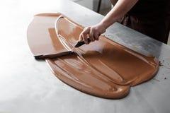 Κατασκευή των καραμελών σοκολάτας Στοκ Εικόνες