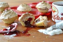 Κατασκευή των μίνι κέικ φλυτζανιών Στοκ εικόνα με δικαίωμα ελεύθερης χρήσης