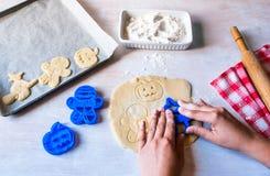Κατασκευή των μπισκότων για αποκριές και την ημέρα των ευχαριστιών Στοκ εικόνα με δικαίωμα ελεύθερης χρήσης