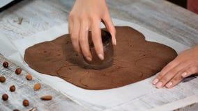Κατασκευή των μπισκότων σοκολάτας σειρά Χρησιμοποίηση των κοπτών μπισκότων για να αποκόψει τους κύκλους απόθεμα βίντεο