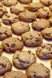 Κατασκευή των μπισκότων τσιπ σοκολάτας Στοκ Φωτογραφίες