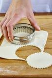 Κατασκευή των μπισκότων Croissant με τη μαρμελάδα σειρά Τέμνουσα ζύμη με τον κόπτη Στοκ Εικόνα