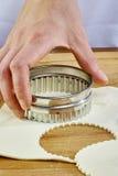 Κατασκευή των μπισκότων Croissant με τη μαρμελάδα σειρά Τέμνουσα ζύμη με τον κόπτη Στοκ Φωτογραφία