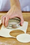 Κατασκευή των μπισκότων Croissant με τη μαρμελάδα σειρά Τέμνουσα ζύμη με τον κόπτη Στοκ εικόνα με δικαίωμα ελεύθερης χρήσης
