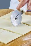 Κατασκευή των μπισκότων Croissant με τη μαρμελάδα σειρά Τέμνουσα ζύμη με τον κόπτη Στοκ εικόνες με δικαίωμα ελεύθερης χρήσης