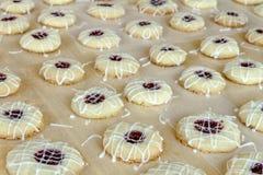 Κατασκευή των μπισκότων Thumbprint σμέουρων Στοκ Εικόνες