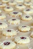 Κατασκευή των μπισκότων Thumbprint σμέουρων Στοκ Φωτογραφίες