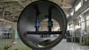 Κατασκευή των πλαστικών υδροσωλήνων Άποψη του πατώματος εργοστασίων Τελειωμένος μεγάλος σωλήνας Η διαδικασία τους πλαστικούς σωλή στοκ εικόνα