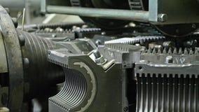 Κατασκευή των πλαστικών υδροσωλήνων Κατασκευή των σωλήνων στο εργοστάσιο Η διαδικασία τους πλαστικούς σωλήνες στοκ εικόνες με δικαίωμα ελεύθερης χρήσης