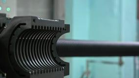 Κατασκευή των πλαστικών υδροσωλήνων Κατασκευή των σωλήνων στο εργοστάσιο Η διαδικασία τους πλαστικούς σωλήνες στοκ φωτογραφία με δικαίωμα ελεύθερης χρήσης