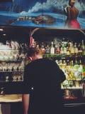 Κατασκευή των ποτών στο φραγμό Στοκ Φωτογραφίες