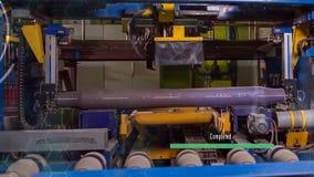 Κατασκευή των ραγών για τα τραίνα και το βαγόνι εμπορευμάτων φορτίου, boxcars Εγκαταστάσεις κατασκευής ραγών Σωρός του χάλυβα γύρ στοκ φωτογραφία με δικαίωμα ελεύθερης χρήσης