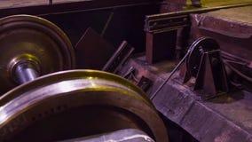 Κατασκευή των ραγών για τα τραίνα και το βαγόνι εμπορευμάτων φορτίου, boxcars Εγκαταστάσεις κατασκευής ραγών Σωρός του χάλυβα γύρ στοκ εικόνες