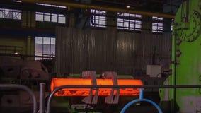 Κατασκευή των ραγών για τα τραίνα και το βαγόνι εμπορευμάτων φορτίου, boxcars Εγκαταστάσεις κατασκευής ραγών Σωρός του χάλυβα γύρ στοκ φωτογραφία