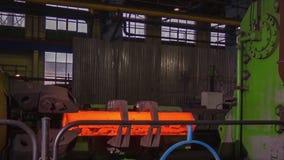 Κατασκευή των ραγών για τα τραίνα και το βαγόνι εμπορευμάτων φορτίου, boxcars Εγκαταστάσεις κατασκευής ραγών Σωρός του χάλυβα γύρ στοκ εικόνα