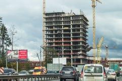Κατασκευή των σπιτιών διαμερισμάτων στο ρωσικό κεφάλαιο - Μόσχα Στοκ εικόνα με δικαίωμα ελεύθερης χρήσης