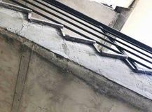 Κατασκευή των συγκεκριμένων σκαλοπατιών κάτω από τις οικοδομές Άποψη από το κατώτατο σημείο στην κορυφή Στοκ εικόνες με δικαίωμα ελεύθερης χρήσης