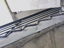 Κατασκευή των συγκεκριμένων σκαλοπατιών κάτω από τις οικοδομές Άποψη από το κατώτατο σημείο στην κορυφή Στοκ φωτογραφία με δικαίωμα ελεύθερης χρήσης