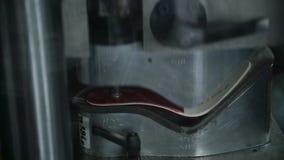 Κατασκευή των υποδημάτων: ο σχηματισμός των μετζεσολών με τη συμπίεση απόθεμα βίντεο