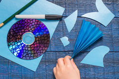 Κατασκευή των ψαριών παιχνιδιών από το CD Χειροποίητο children& x27 πρόγραμμα του s Βήμα 6 στοκ φωτογραφίες